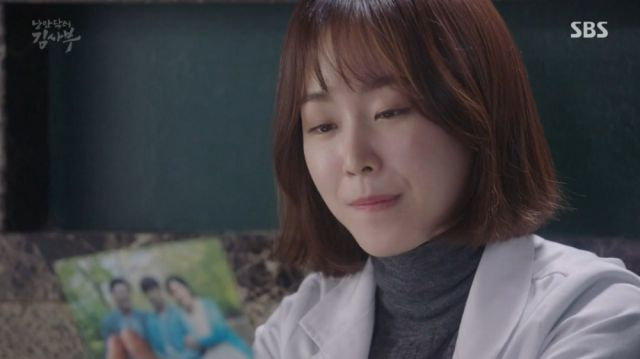 Seo-jeong looking at Dong-joo's letter to Teacher Kim